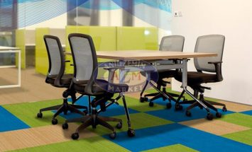 bej, mavi ve yeşil 50x50 karo ofis halı uygulama görseli